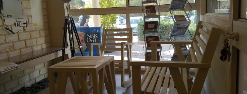 פינת ישיבה בחנות