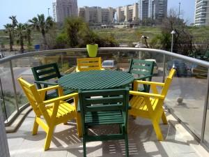 פינת ישיבה שולחן עגול וכסאות ירוק צהוב