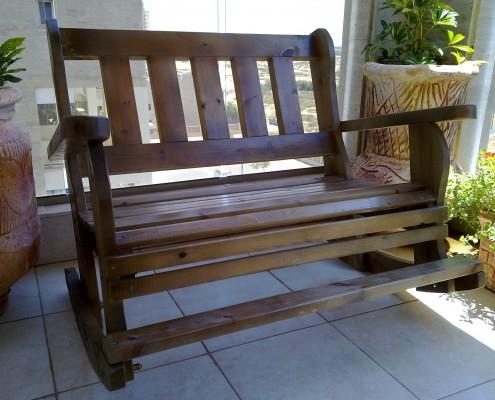 ספסל נדנדה בצבע חום