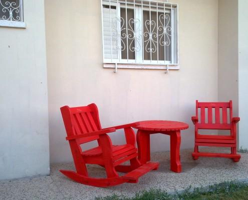 פינת ישיבה כסאות נדנדה ושולחן קטן