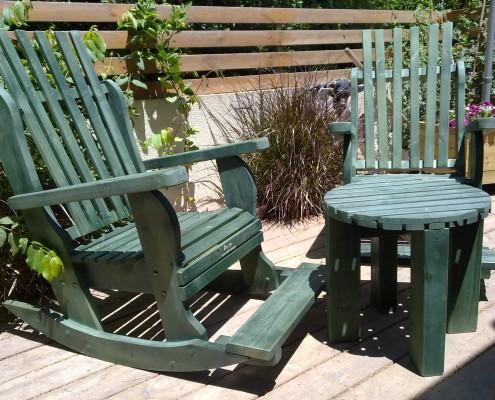 כסאות נדנדה בצבע ירוק בפינת ישיבה