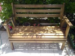 ספסל מעץ מלא צבע עץ דגם בקלילות