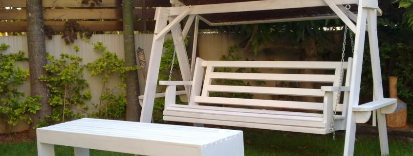 נדנדת עץ דגם נווה בצבע לבן עם גג