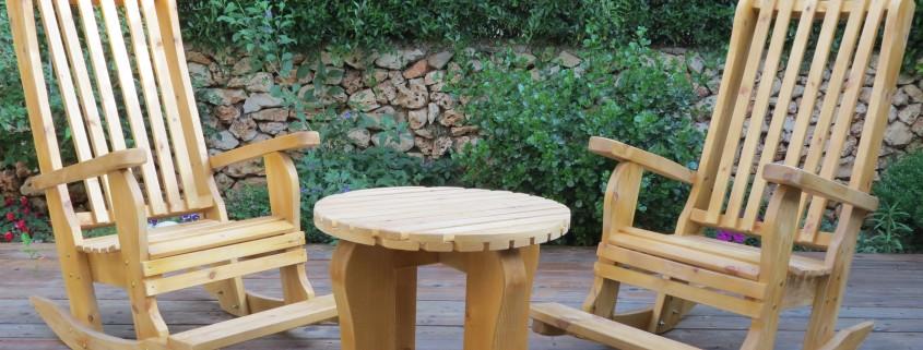פינת ישיבה כסאות נדנדה עם שולחן קטן צבע טבעי