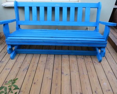 ספסל מתנדנד בצבע כחול