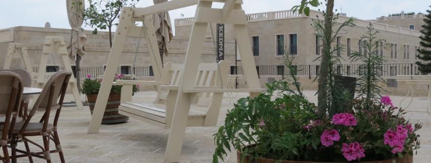 נדנדה מעץ מלא דגם מתן בלבן