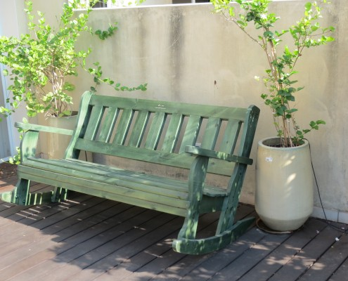 ספסל מתנדנד בצבע ירוד מעץ מלא
