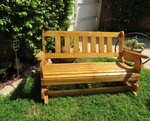 ספסל מתנדנד בצבע עץ