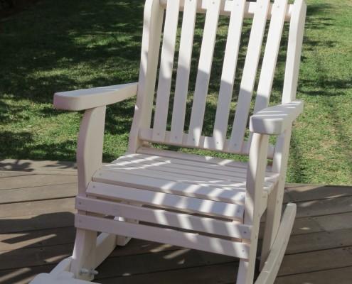 כסא נדנדה בצבע לבן מעץ מלא