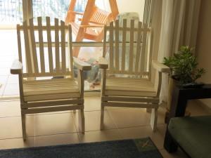 זוג כסאות לבנים מעץ מלא