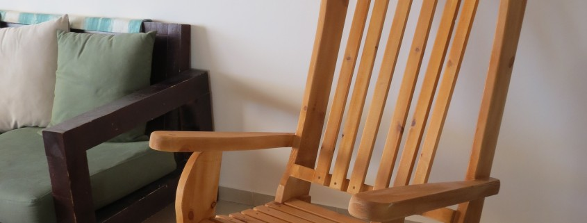 כסא הנקה משענת גבוה בצבע עץ