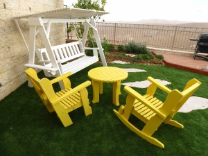 פינת ישיבה כסא נדנדה וכסא לחצר עם שולחן עגול בצבע צהוב