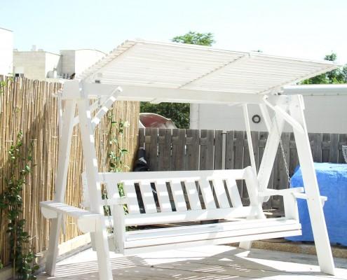 נדנדה לחצר בצבע לבן עם גג לבן דגם נווה