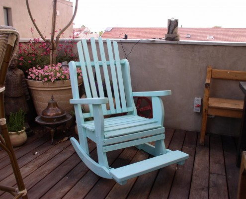 כסא נדנדה בצבע תכלת