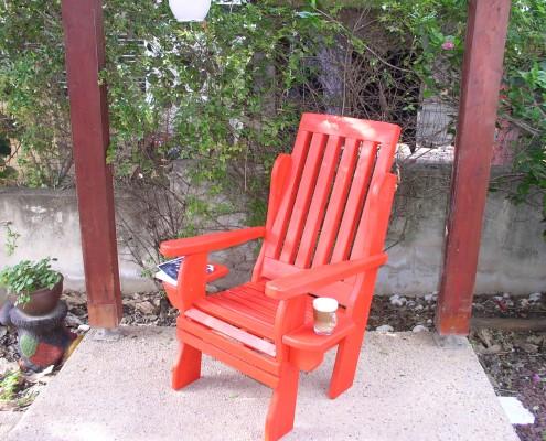 כסא לגינה בצבע אדום מעץ מלא
