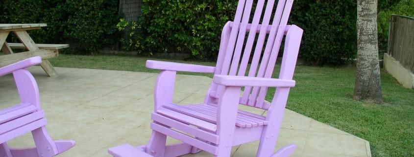 כסא נדנדה בצבע סגול בהיר