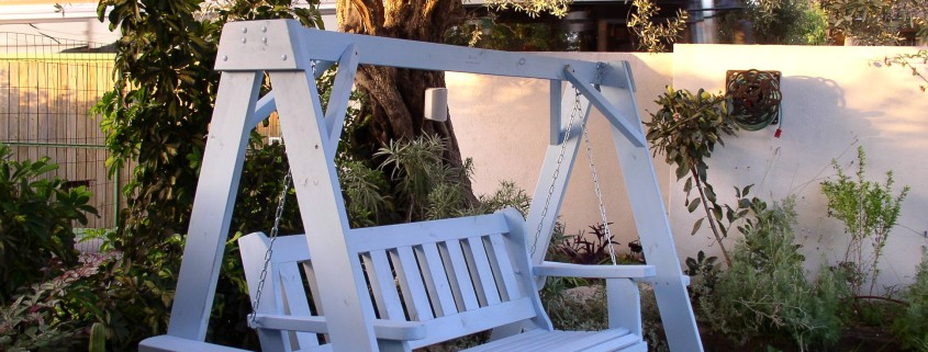 נדנדה דגם נווה בצבע סגול בהיר מעץ מלא
