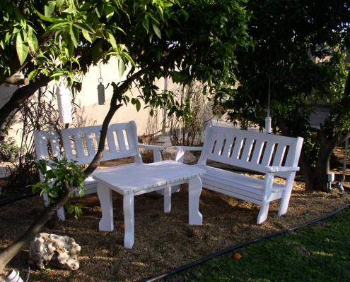 פינת ישיבה עם ספסלים ושולחן