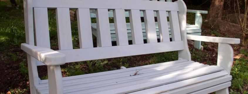 ספסל עץ מלא לגינה בצבע לבן