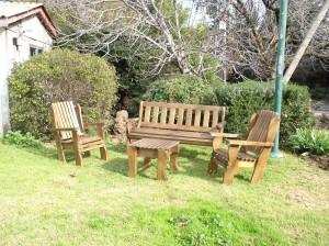 סט ספסל ושלושה כסאות מעץ מלא