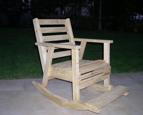 כסא נדנדה בצבע טבעי על המרפסת