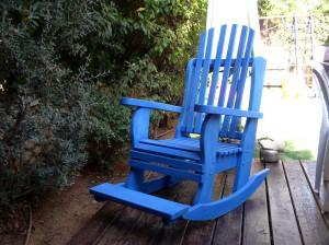 כורסת נדנדה כחולה מעץ מלא