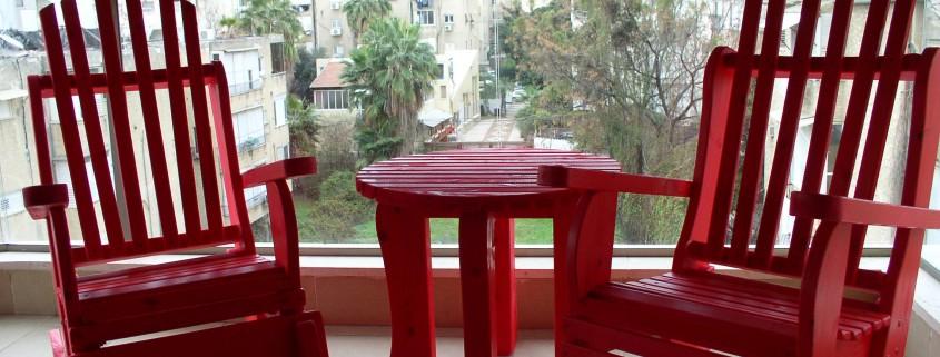 כסאות נדנדה אדומים ושולחן