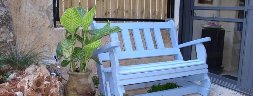 ספסל נדנדה כחול בהיר בחצר