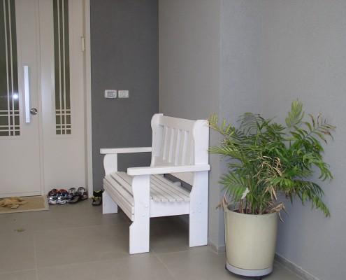 ספסל לבן בכניסה לבית