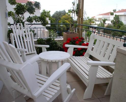 פינת ישיבה ספסל וכסאות נדנדה