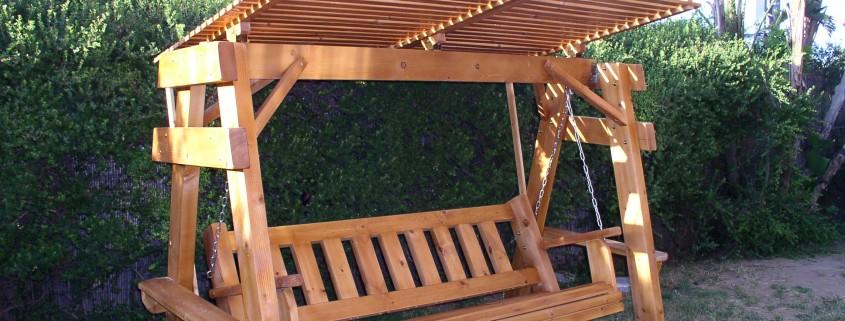 נדנדה מעץ מלא גושני בצבע חום בהיר