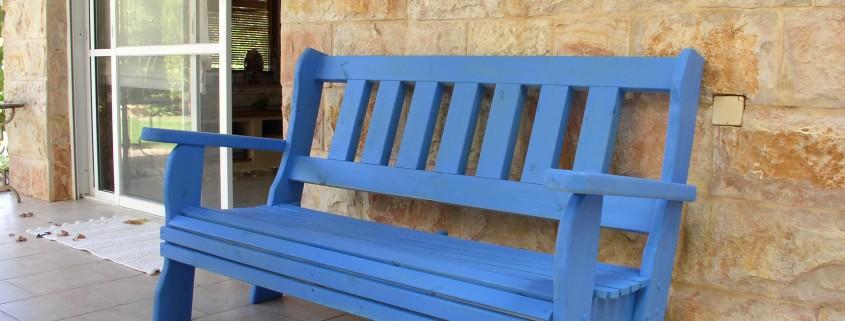 ספסל כחול מעץ מלא