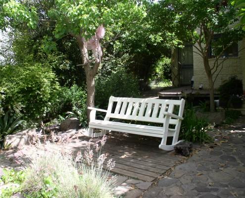 ספסל מתנדנד בצבע לבן