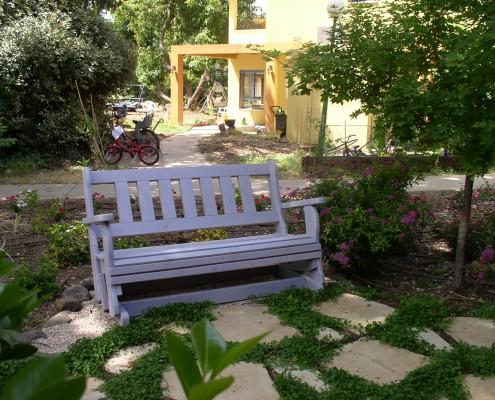ספסל נדנדה בחצר