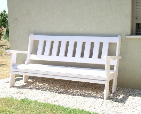 ספסל לבן מעת מלא צמוד לקיר